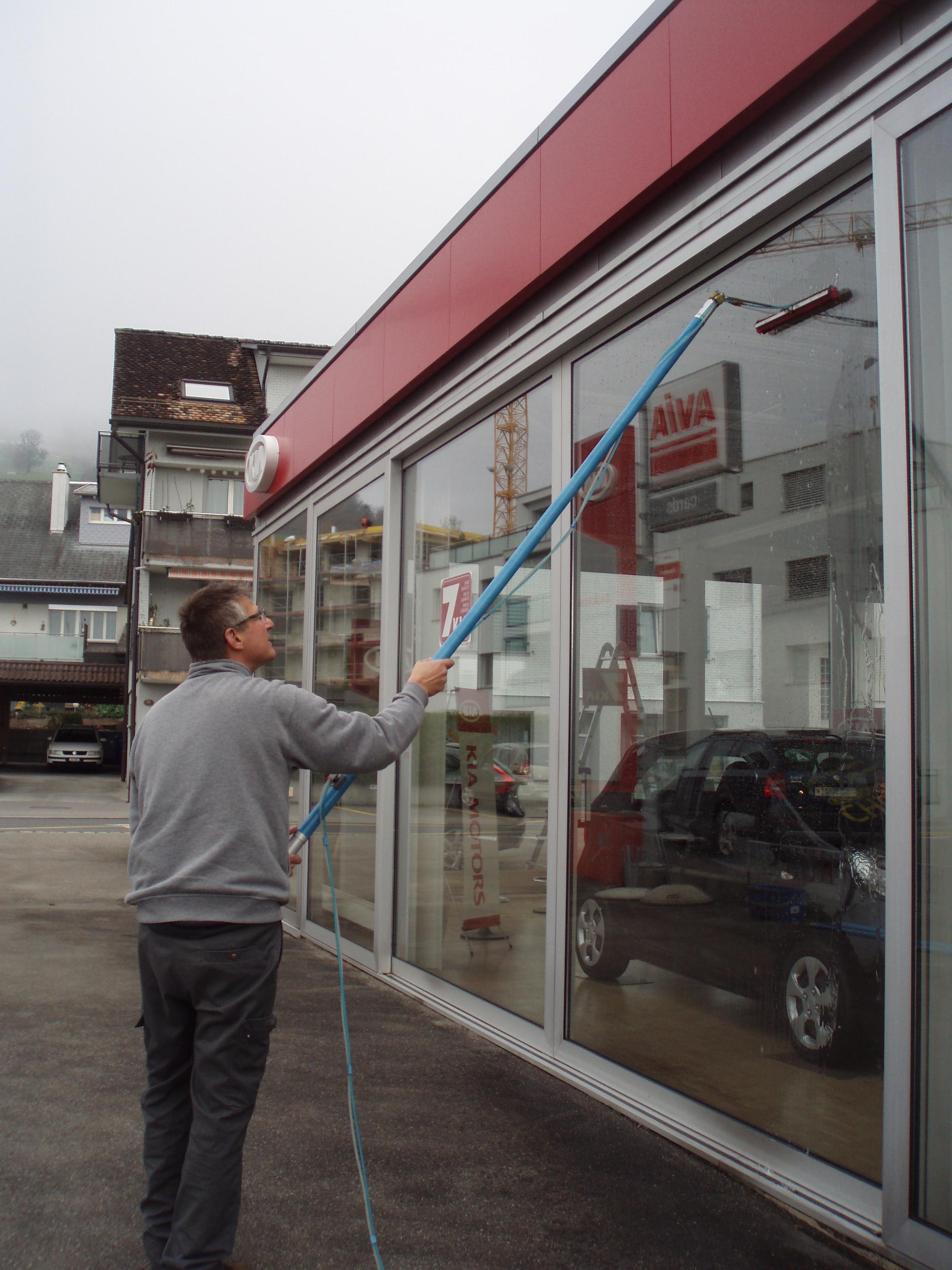 Fenster-und Glasreinigung mit dem Strato-Reinigungssystem
